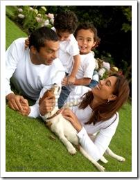 2508017-estilo-de-vida-familiar-retrato-de-una-mam-y-pap-con-sus-dos-hijos-que-se-divierten-al-aire-libre